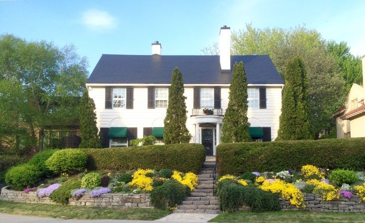 traditional-house-with-beautiful-flowerbeds-at-the-front_t20_EOEyXZ